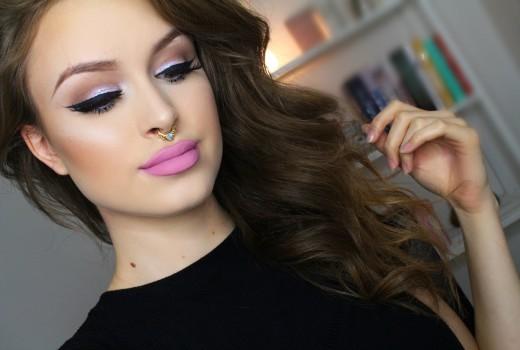 Sombra para Olhos Lilás com Glitter Azul e Batom Rosa
