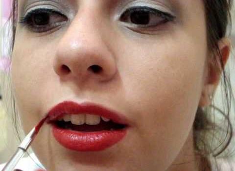 Dica de Maquiagem com Olhos Neutros e Lábios Vermelhos