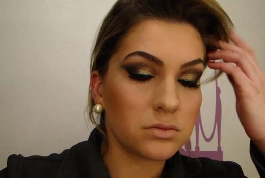 Maquiagem com glitter colorido e delineador azul por Alice Salazar