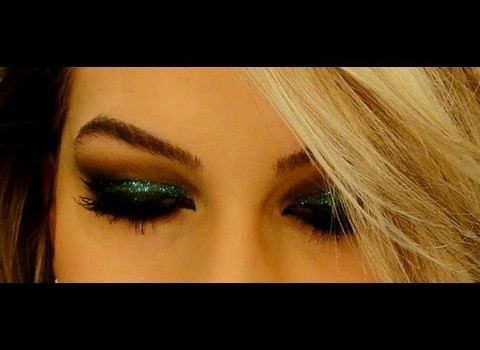 Maquiagem com glitter verde e delineador por Alice Salazar